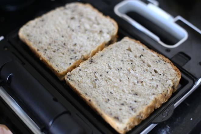 Home Cooking Recipe: At the same time, heat the toast and combine it according to the habit.
