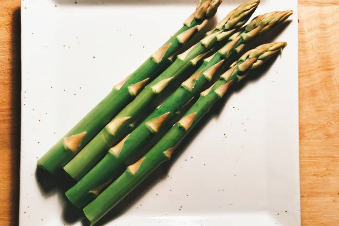 Home Cooking Recipe: At this time we will deal with asparagus. Hold the roots of the asparagus, don't rub it too hard, the place where the roots are not good will be very crisp.