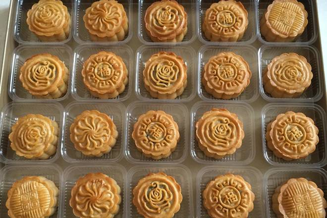 Home Cooking Recipe: Baked moon cakes are placed in a box and waiting for oil to be returned.