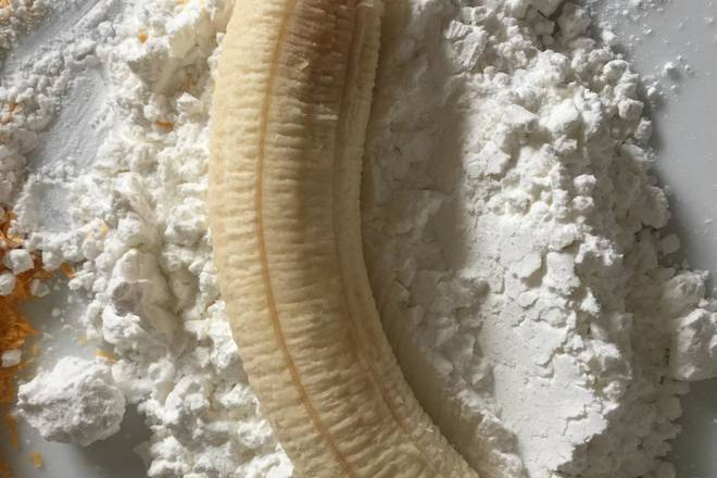 Home Cooking Recipe: Banana peeled off the skin.. Put a circle inside the release powder..