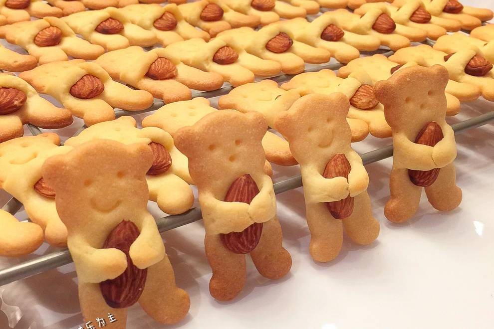 Home Cooking Recipe: Bear cub holding almond cookies