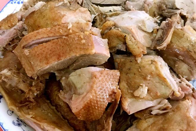 Home Cooking Recipe: Before you lick, you can wipe off the sauce granules (garlic and ginger) on the duck, then heat the pan and heat the whole duck. Put the duck down and fry the skin. Turn it over and try to fry the duck skin. fragrance.