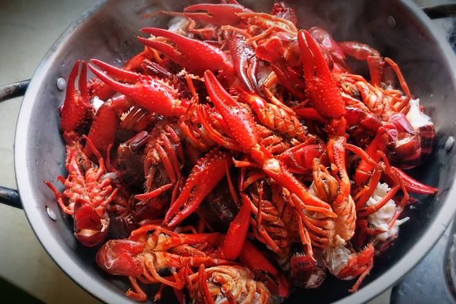 Home Cooking Recipe: Boil the boiled water, pour the crayfish into the water, mix it and change it quickly and drain it;