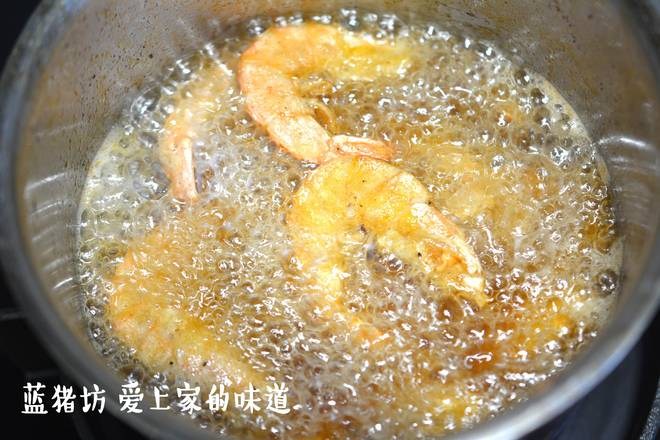Home Cooking Recipe: Boil the oil to 160 degrees, and pour in the marinated sea white shrimp, fry until the shrimp skin is crispy.