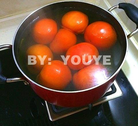 Home Cooking Recipe: Boil the water, turn off the heat, and put the tomatoes in boiling water for a few minutes.