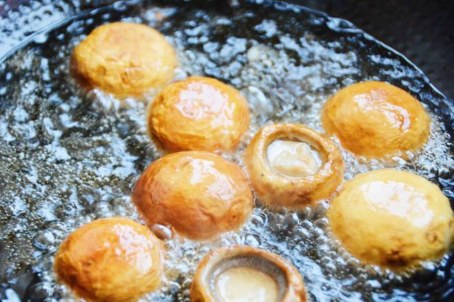 Home Cooking Recipe: Boil until yellow, turn over and continue to fry. (Be careful when turning over, the water will come out during the mushroom frying process, the oil will splash.) After it has been fried, take it out.