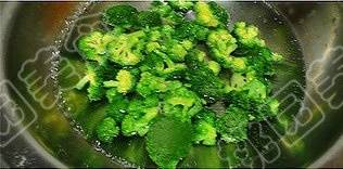 Home Cooking Recipe: Broccoli is cut into small flowers. After washing, soak in salt water for half an hour, then fly over with salted water.