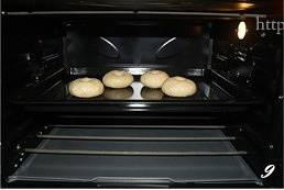 Home Cooking Recipe: Brush the thin oil on the baking tray, then put the cooked dough into the baking tray