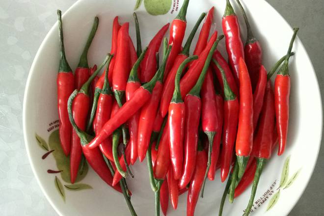 Home Cooking Recipe: Buy fresh millet pepper from the supermarket, wash it and let it dry.