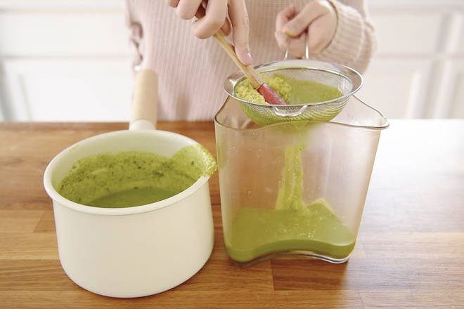 Home Cooking Recipe: By sifting the matcha bean curd twice, the bean curd can be smooth and smooth.