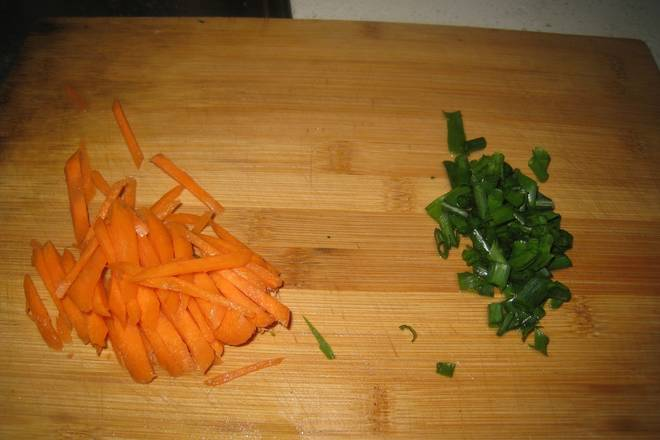 Home Cooking Recipe: Carrots are cut into silk, simmered with garlic, and chopped with chopped green onion;