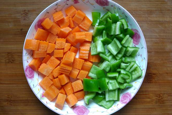 Home Cooking Recipe: Carrots are washed and peeled and cut into diced, green peppers are cleaned and cut into diced ~