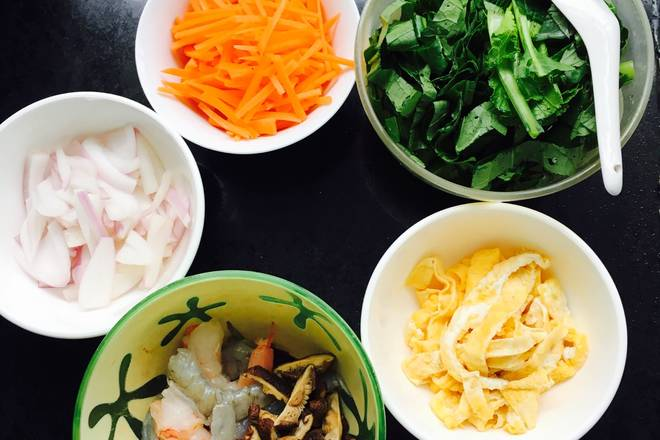 Home Cooking Recipe: Carrots, onions, mushrooms, greens, shredded shrimps, shrimps, shells and shrimps, fried and shredded eggs (not artificial, you can directly fry in the pot and then other ingredients).