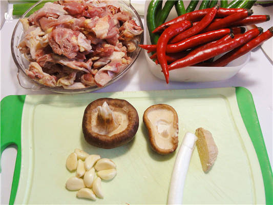 Home Cooking Recipe: Chickens can be selected from 1.5-2 kg. It is recommended to wash them with chicken or three yellow chickens and wash them into pieces of the same size. Prepare the onion ginger and garlic, and the mushrooms.