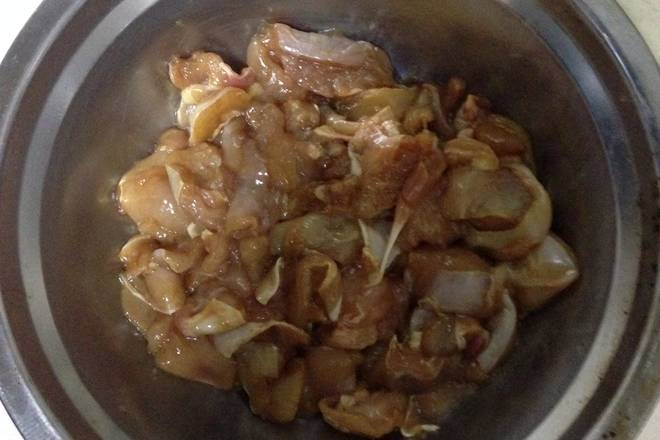 Home Cooking Recipe: Chopped chicken diced with soy sauce, raw, sesame oil marinated for 5 minutes