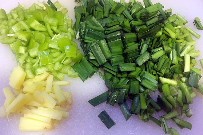 Home Cooking Recipe: Chopped leeks, green peppers, and ginger;