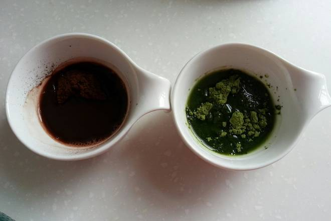 Home Cooking Recipe: Cocoa powder and matcha powder are separately opened with 9~12 grams of warm water.