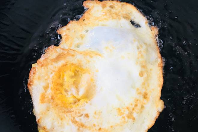 Home Cooking Recipe: Cook for a minute or two in medium heat, golden on both sides. If you are afraid of the egg yolk is not cooked, protein coke, use a spoon to poke the egg yolk, so it is better to fry.