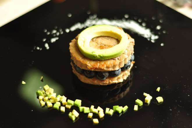 Home Cooking Recipe: Cover it with a round foie gras and sprinkle a little black pepper. Avocado also cuts concentric circles with a die, and the round mouth in the middle is naturally formed by the avocado core. I only cut the outer ring.
