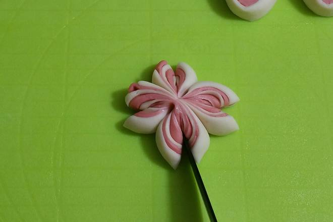 Home Cooking Recipe: Cut four petals with a knife