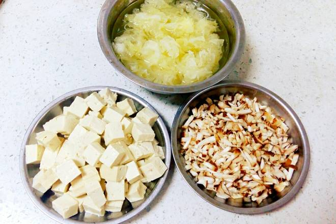 Home Cooking Recipe: Cut into small pieces of tofu, diced mushrooms, and white fungus with warm water