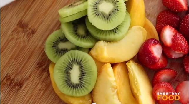 Home Cooking Recipe: Cut kiwi and yellow peach