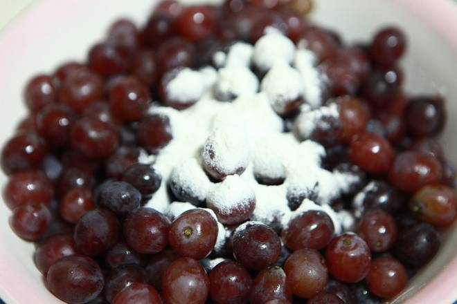Home Cooking Recipe: Cut off the branches, leaving only the fruit and sprinkle a little flour.