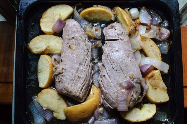 Home Cooking Recipe: Cut off the white film on the pork loin, smear vegetable oil, salt, Italian mixed herbs, and black pepper. Leave for 10 minutes, then slice the onions, apples, and chop the garlic. Preheat the oven to 220 degrees Celsius