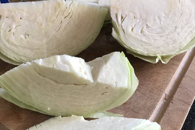 Home Cooking Recipe: Cut out the size you want according to the method of shreds you use, and cut off the large stems in the middle.