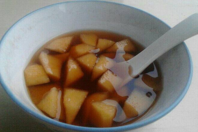 Home Cooking Recipe: Cut the apple into small pieces, put the water in the pot and boil it with a small fire. You can have apple flavor.