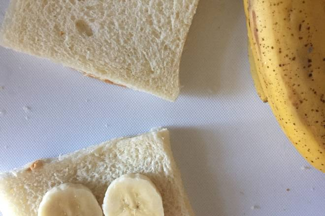 Home Cooking Recipe: Cut the banana slices on the toast and put a slice of banana on a piece of toast. The banana is picky.