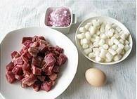 Home Cooking Recipe: Cut the beef and rice cake into 1.5 cm granules, onion and minced