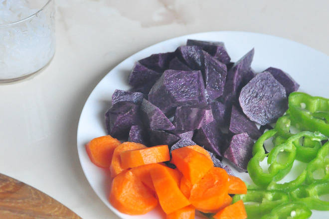 Home Cooking Recipe: Cut the black potato hob. Carrots and green peppers are also sliced, and the konjac silk is washed and used.