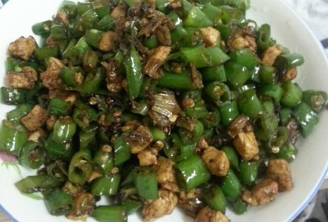 Home Cooking Recipe: Cut the chicken breast into small pieces and set aside. Hang pepper cut into sections. Scallions, ginger and garlic are chopped for use.