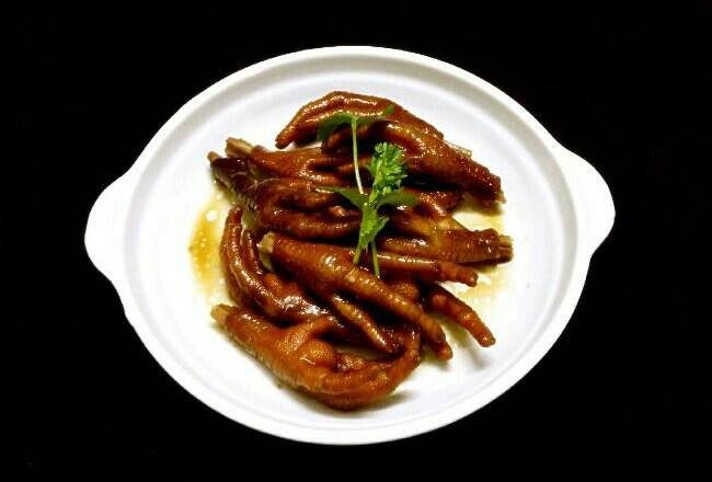 Home Cooking Recipe: Cut the chicken feet to the nails and put them in the soy sauce for 15 minutes. The top of the plate is full of sesame oil and the taste will be better.甩 甩 的 的 卤 卤 九 九 九 九. (≧▽≦)