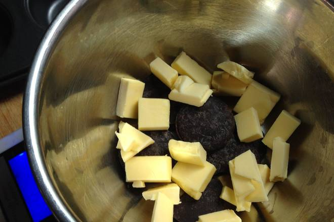 Home Cooking Recipe: Cut the chocolate 1 and the butter 1 into small pieces and let the water melt.