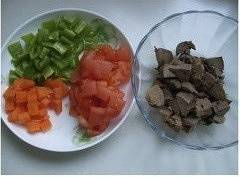 Home Cooking Recipe: Cut the cooked chicken liver into small pieces; wash the green pepper, remove the seeds and cut the small pieces; wash the tomatoes, ban them and cut them into small pieces; wash the carrots, diced