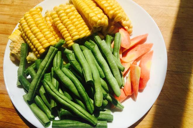 Home Cooking Recipe: Cut the corn into small pieces, the beans are cut into small pieces, and the carrots are cut into hobs.