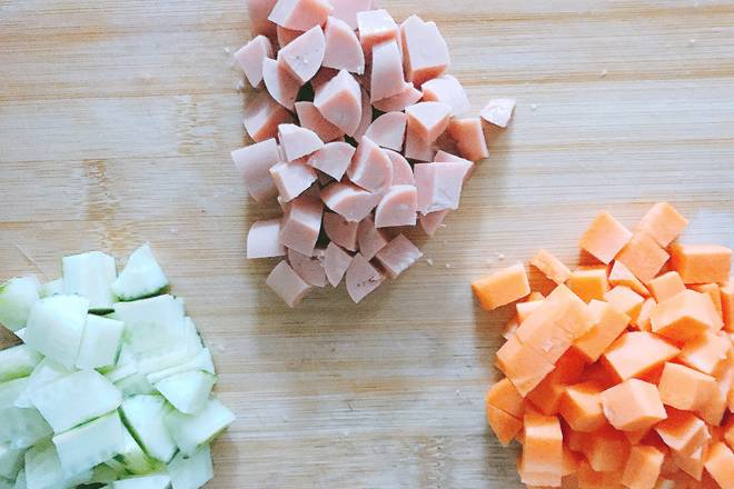 Home Cooking Recipe: Cut the cucumber, carrot, and ham into a diced shape, and cut into the size of the corn kernels as much as possible.