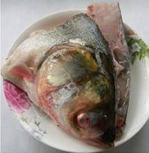 Home Cooking Recipe: Cut the fish head into 2 and a half, clean and marinate with salt and cooking wine for 15 minutes.