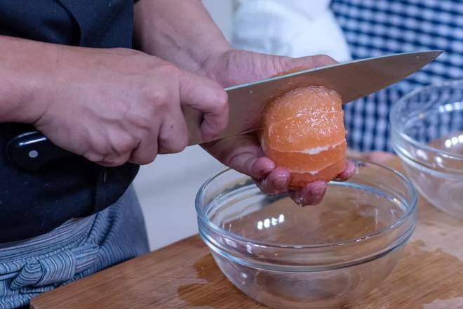 Home Cooking Recipe: Cut the flesh and peel the grapefruit, then cut the flesh into a bowl for later use.