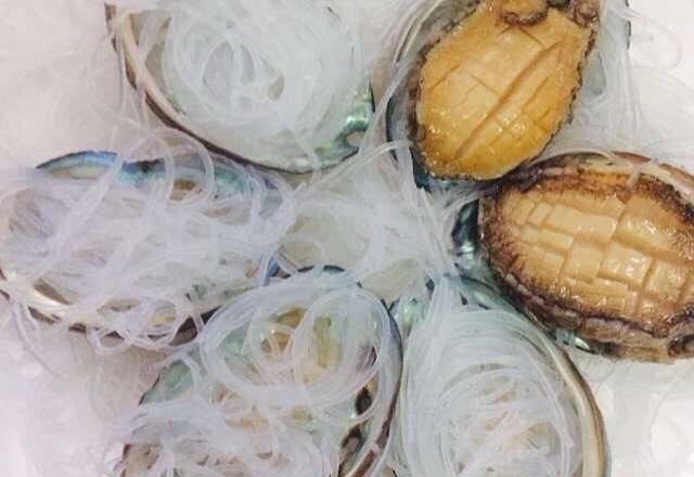 Home Cooking Recipe: Cut the garlic! Come and put abalone! Fans have to cut short! The picture is not dictated. Fans roll up and put them in the shell! Put the abalone on top! Extra powder under the pad! Place them one by one!