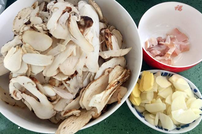 Home Cooking Recipe: Cut the garlic slices, ginger slices, and cut a little diced meat.