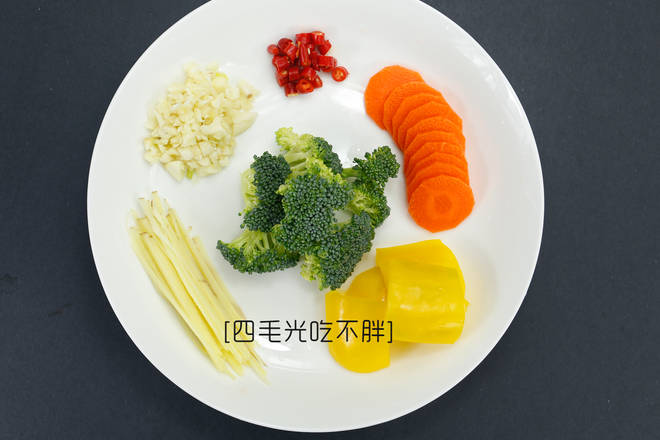 Home Cooking Recipe: Cut the ginger into silk and chop the garlic into garlic. Broccoli is washed into small flowers, carrots are washed and cut into pieces, and the colored peppers are washed and cut into small pieces. (You can also choose a side dish according to your taste)