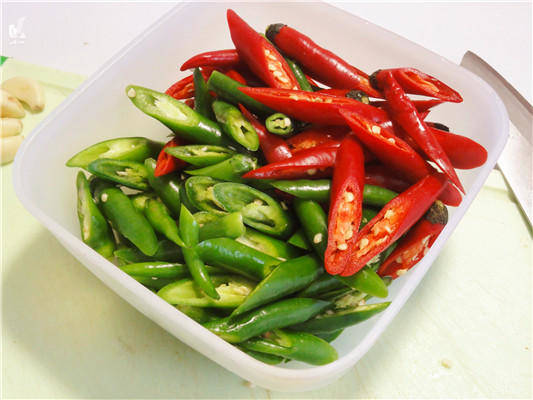 Home Cooking Recipe: Cut the green pepper into sections