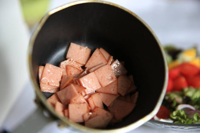 Home Cooking Recipe: Cut the ham slices or bacon into 1.5 cm slices, and put a small amount of fried scent in the pan.