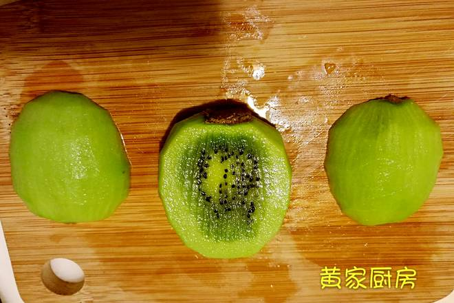 Home Cooking Recipe: Cut the kiwi fruit into three parts on average, and cut them as large as possible on both sides.