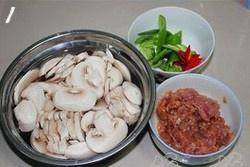 Home Cooking Recipe: Cut the lean meat into thin slices, put a little salt, a few drops of soy sauce, a little cornstarch, a few drops of oil and mix well for 10 minutes; slice the mushrooms, soak in water to avoid discoloration; cut the green pepper