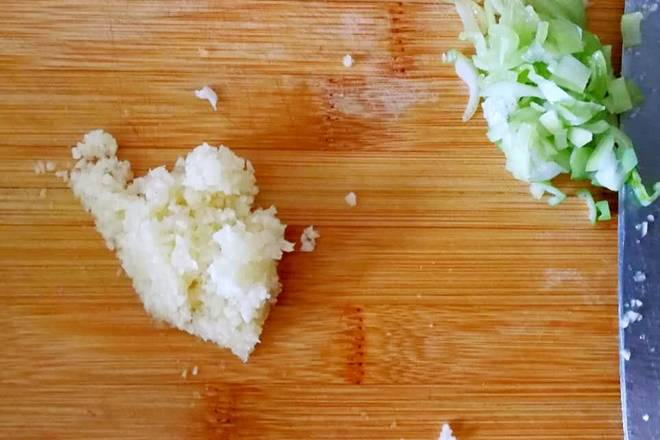 Home Cooking Recipe: Cut the onion and cut the garlic with garlic cloves. Please be patient and be as fine as possible.