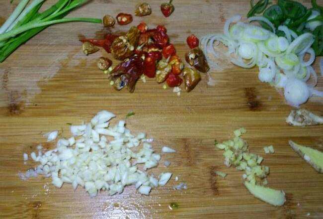 Home Cooking Recipe: Cut the onion, ginger and garlic, etc.